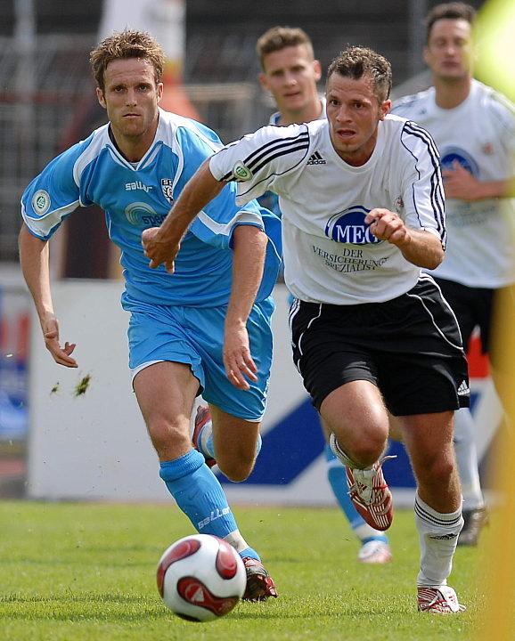 Denis Berger (rechts) startet einen Angriff verfolgt von Markus Unger