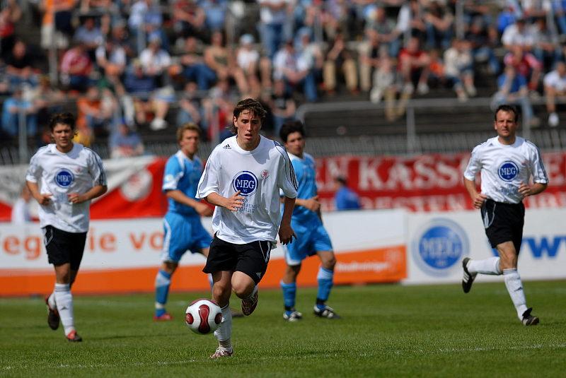 Jan Fie�er (Mitte) startet einen Angriff