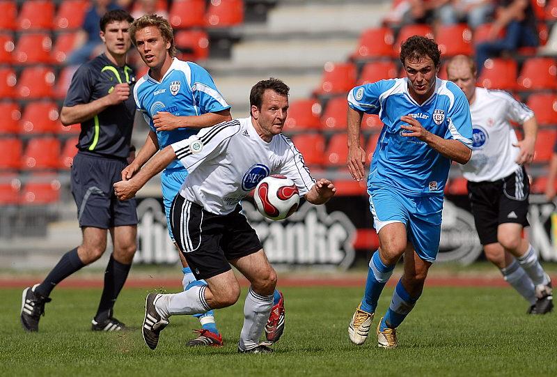 Mirco Dickhaut und Manuel Waidmann (re.) k�mpfen um den Ball