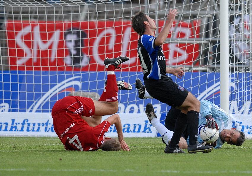 Jochen H�fler (FSV Frankfurt) scheitert an Tobias Willers (KSV Hessen Kassel) und Oliver Adler (KSV Hessen Kassel)