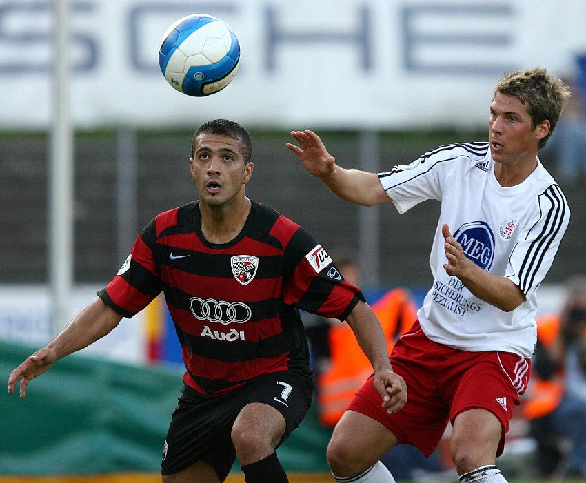 Kampf um den Ball zw�schen  Ersin Demir (L) und Daniel M�ller
