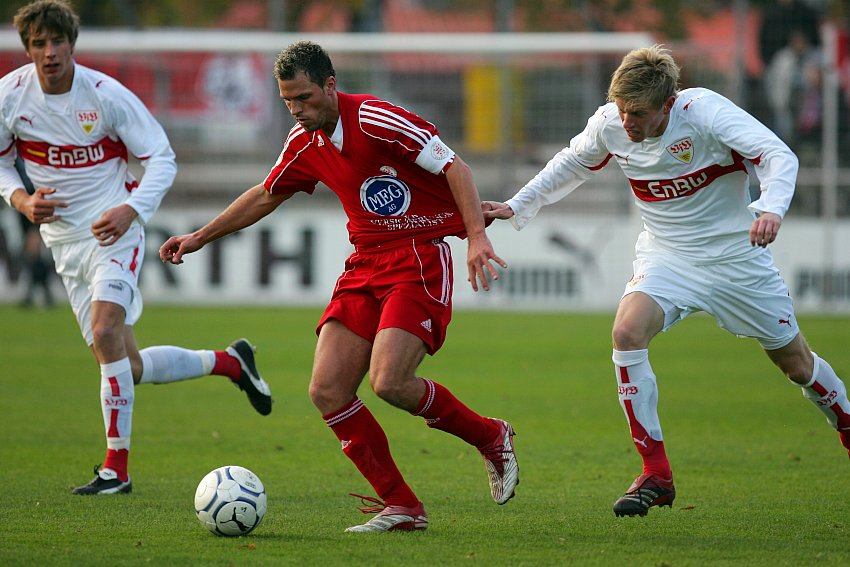 Denis Berger (KSV Hessen Kassel) (Mitte) im Kampf um den Ball