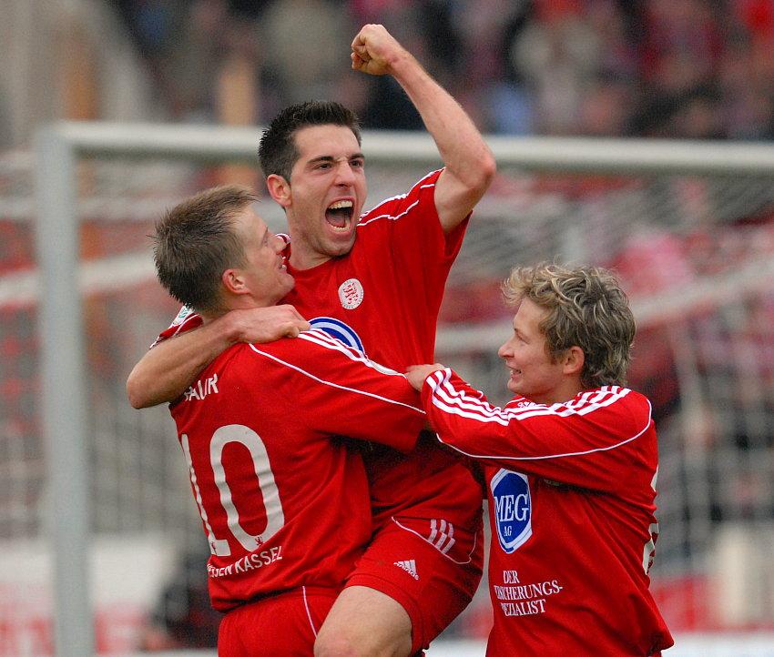Die 2fach Torsch�tzen Thorsten Bauer, Erich Strobel bejubeln mit Martin Scholze das 4:0 (v.L.)