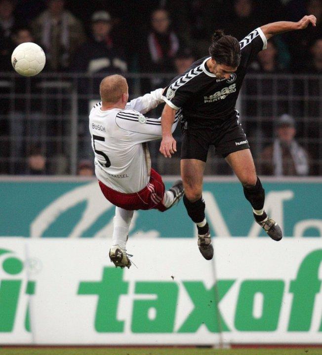 Spektakul�re Luftnummer Sebastian Busch (KSV Hessen Kassel) mit Christoph Teinert (SV Wacker Burghausen, rechts)