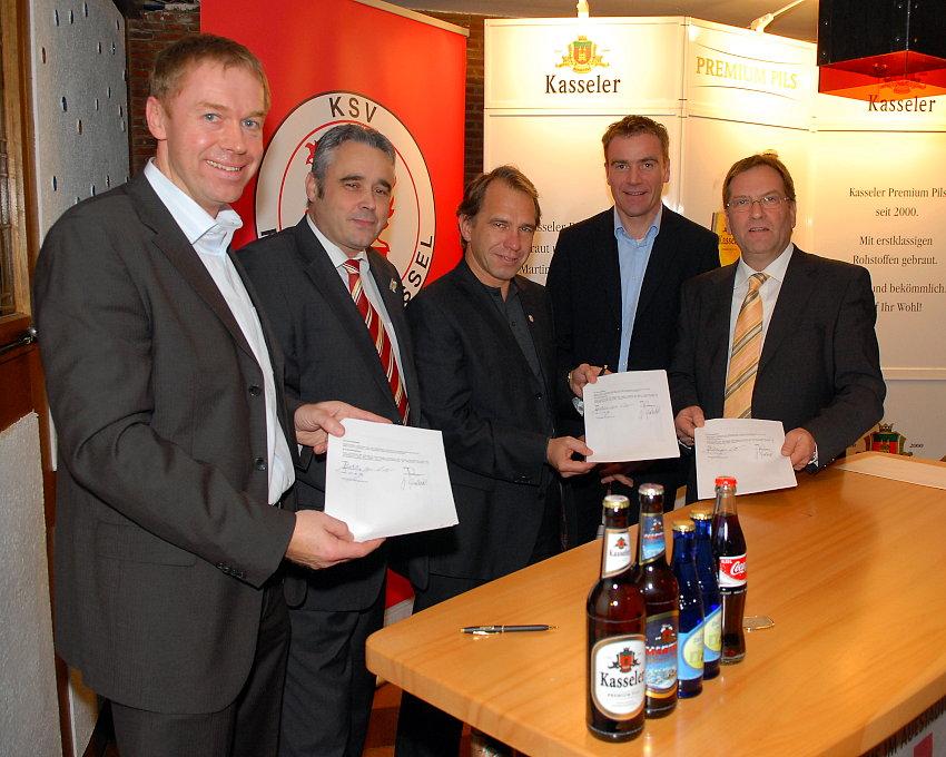 Jochen Gabriel, Andreas Berndt, Jens Rose, Karl-Heinz Reinhardt, Berhardt G�dde bei der Vertragsunterzeichnung