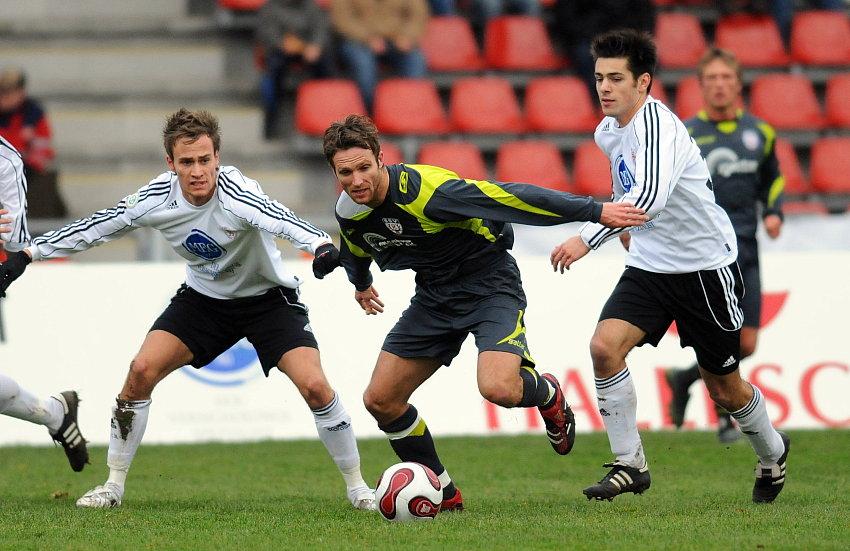 Kampf um den Ball zwischen Sebastian Zinke (KSV Hessen Kassel), Markus Unger (SSV Reutlingen), Arne Schmidt (KSV Hessen Kassel) (L-R)