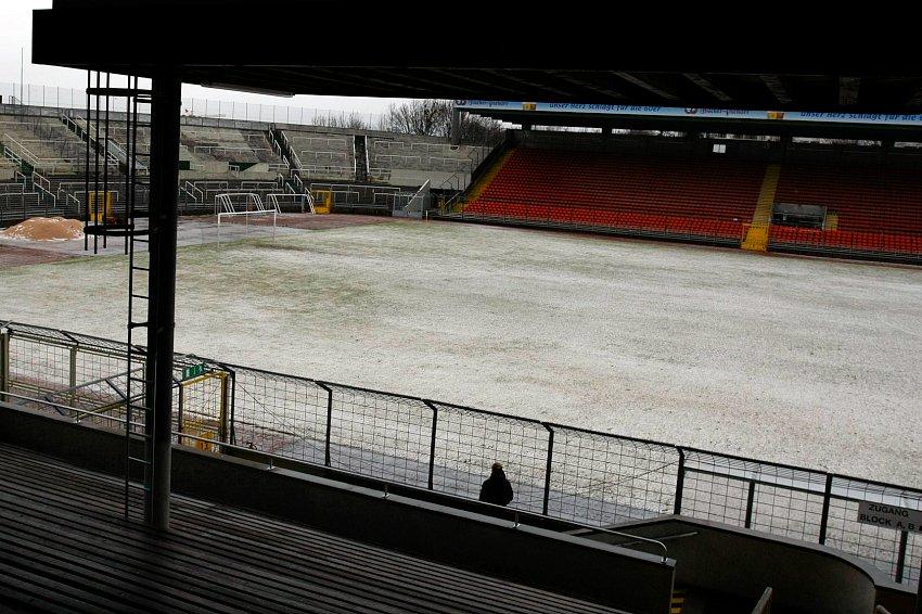Das Gr�nwalder Stadion zur Mittagszeit; ein Spielabbruch lag in der Luft