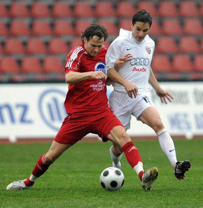 Zweikampf zwischen Sebastian Zinke (KSV Hessen Kassel) und Stefan Leitl (FC Ingolstadt) (R)