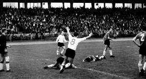 Waldhofs Mauer ist durchl�chert: Fritzsche (nicht zu sehen) hat soeben f�r den KSV das 1:0 erzielt. Alt (Nummer acht) und Burjan (hinten) freuen sich. Das Foto entstand 1963.
