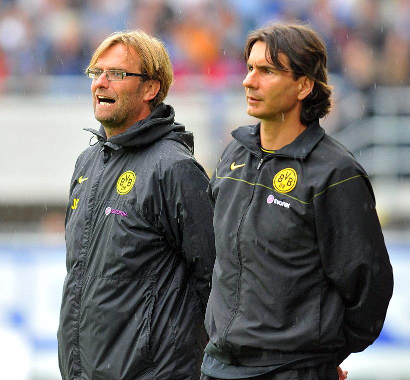 J�rgen Klopp (Trainer Borussia Dortmund) (L) mit Zeljko Buvac (Co- Trainer) am Spielfeldrand