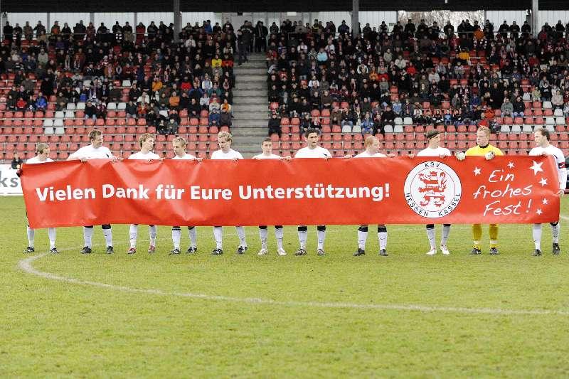 KSV Hessen - Greuther F�rth II: Vor dem Anpfiff - die Mannschaft bedankt sich f�r das Jahr