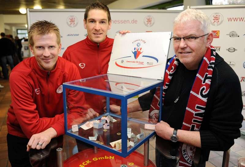 Thorsten Bauer, Thorsten Sch�newolf und KSV-Botschafter J�rgen Stumpf pr�sentieren im KSV-VIP-Raum die VW-Kampagne A chance to play