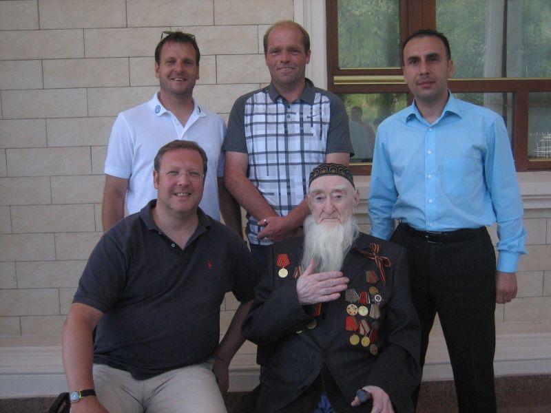 KSV Trainingslager Dushanbe/Tadschikistan: Mirko Dickhaut, Rainer Homburg, Albrecht Striegel zu Besuch bei Aliks Grossvater