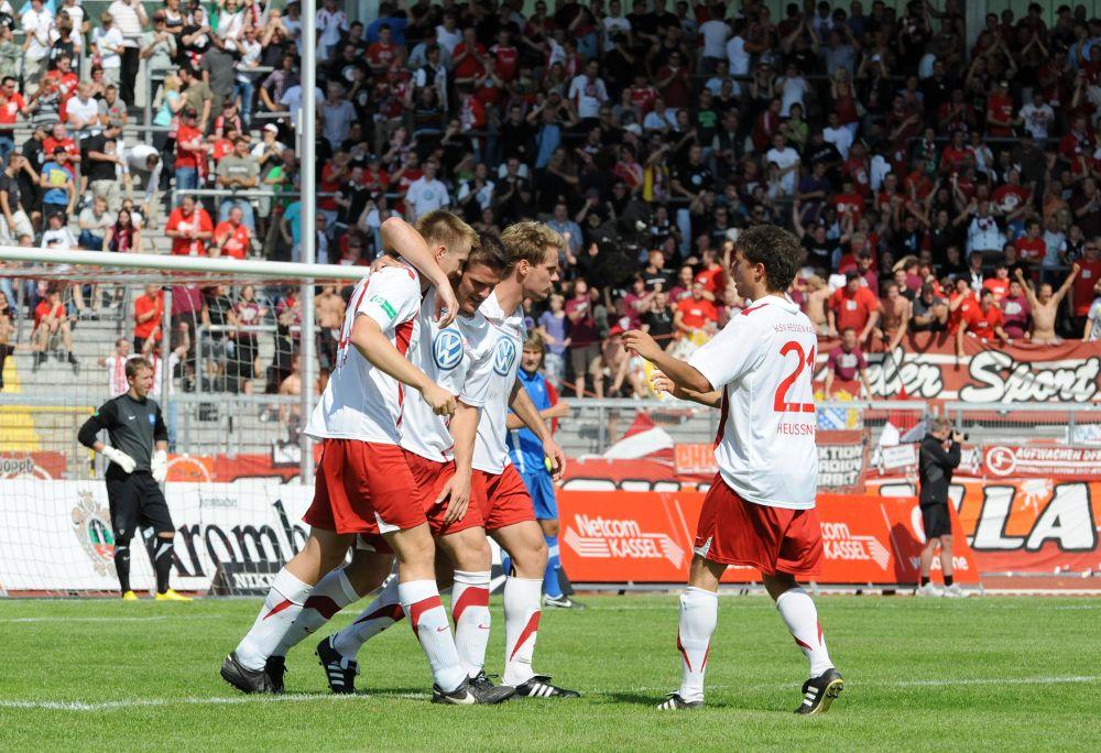 KSV Hessen - Karlsruher SC II: Jubel der Mannschaft