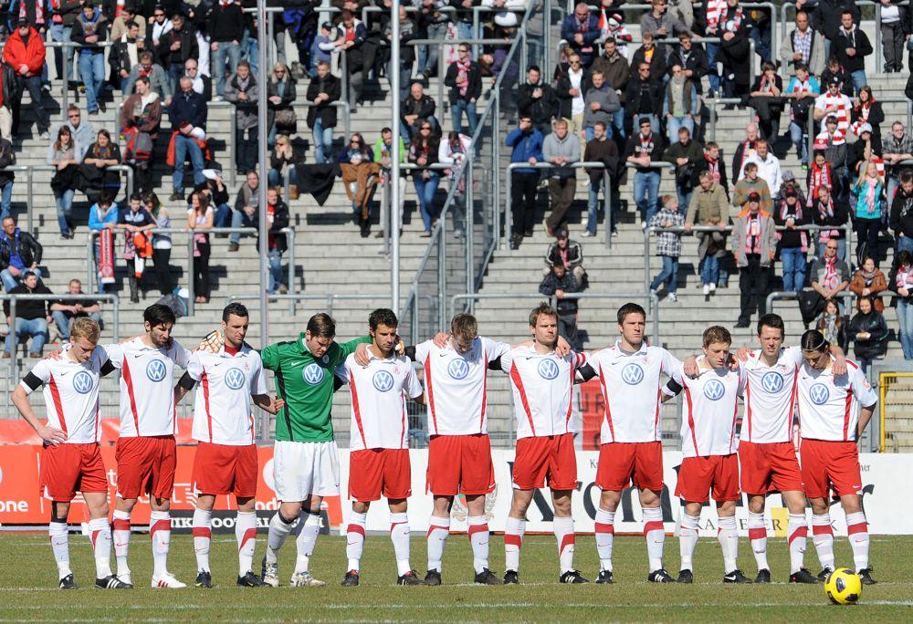 KSV Hessen - FC Memmingen: Schweigeminute f�r die Opfer des Erdbebens in Japan