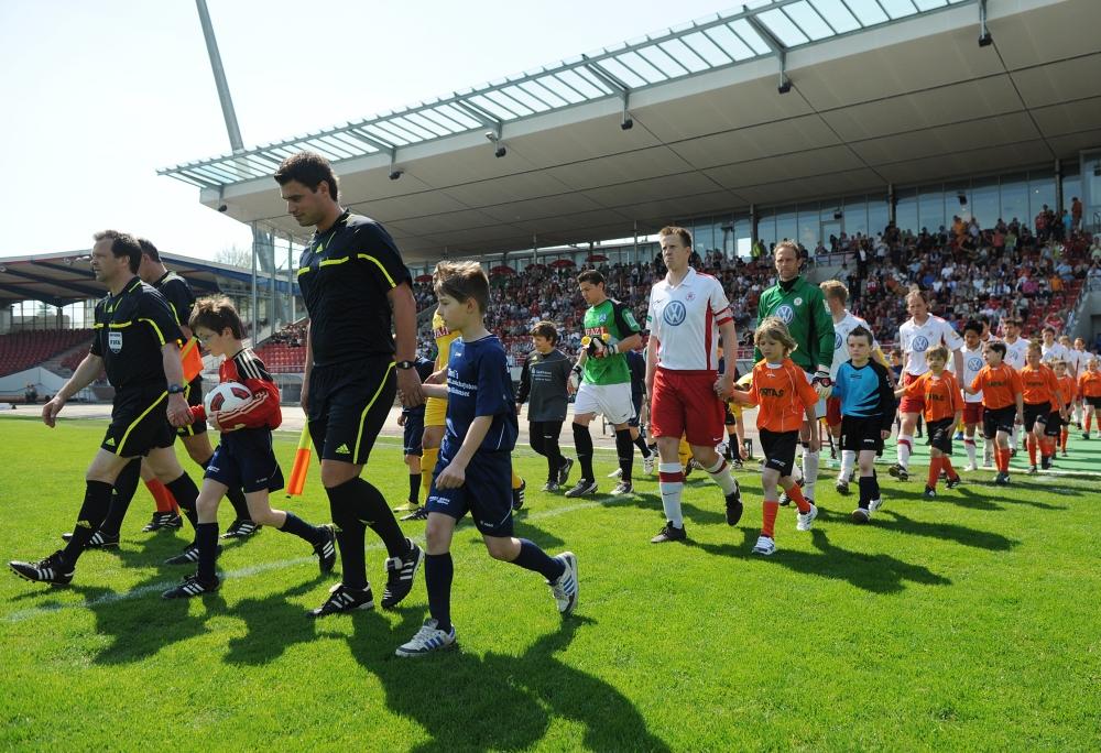 KSV Hessen - Stuttgarter Kickers: Einlauf der Teams
