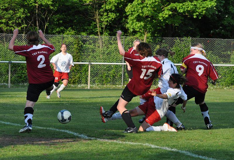 KSV Hessen Frauen - TSV Korbach: Strafraumgewusel mit Natalie M�cke und Pia Karim�