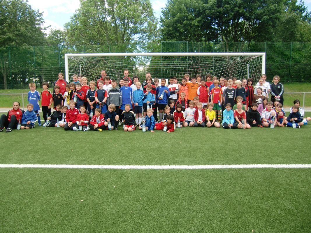Die Teilnehmer und Teilnehmerinnen mit den Trainern und Trainerinnen des KSV zeigen sich gut gelaunt auf dem Gruppenfoto