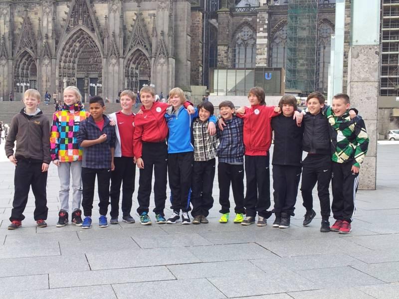 U12  Osterturnier - Mannschaft vor dem K�lner Dom