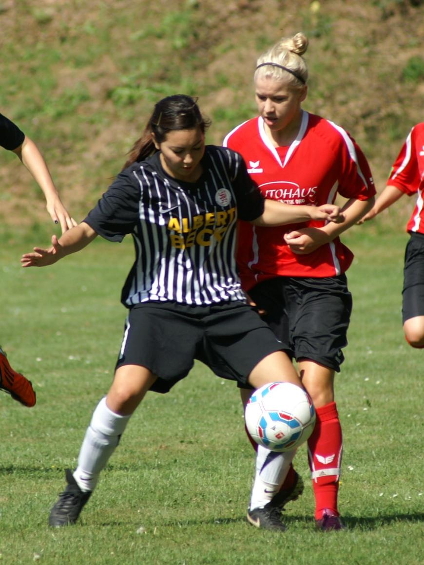 Lina Erfkamp (hier im Spiel gegen Gro�enenglis) bei der Ballbehauptung