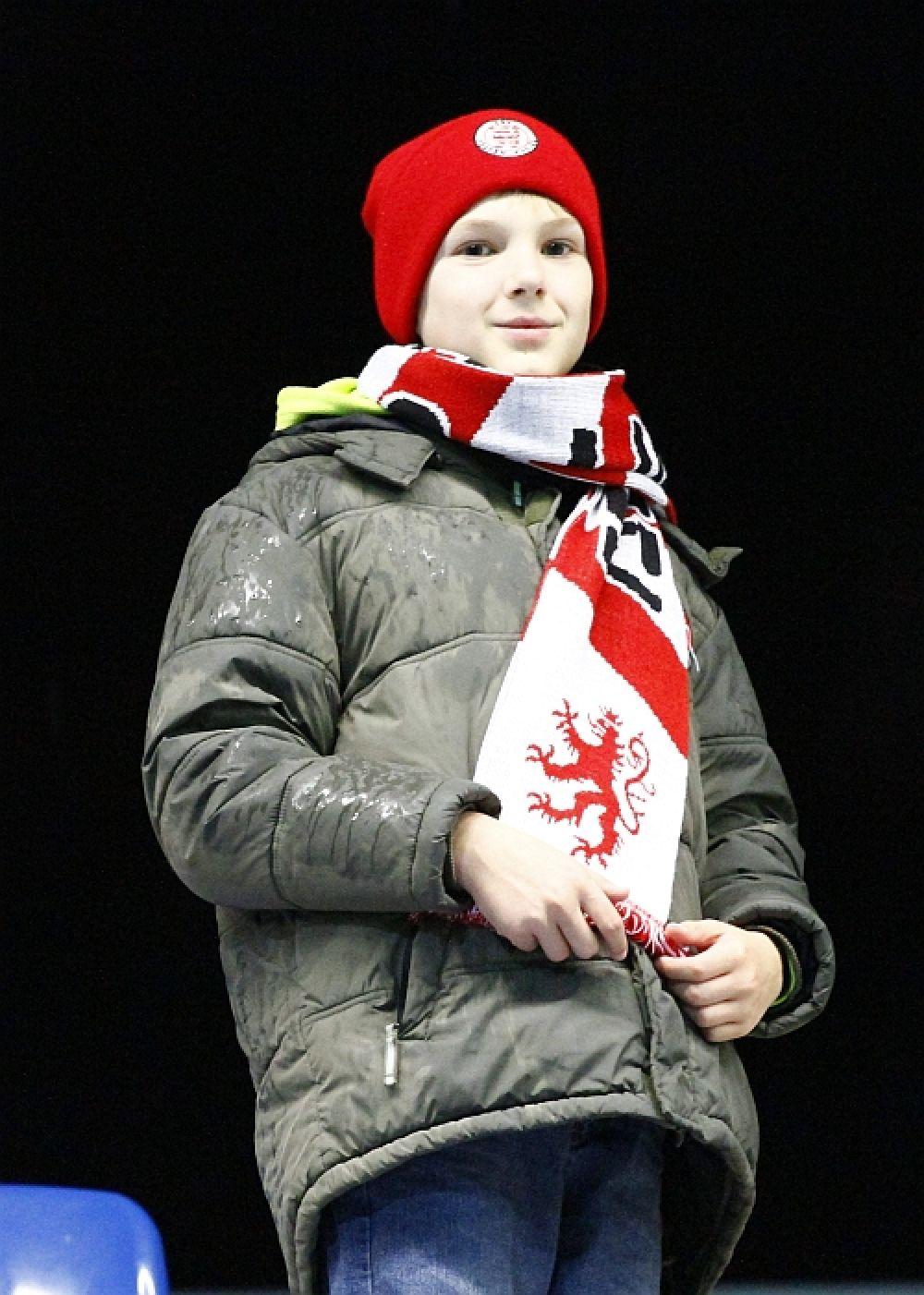 Ein junger KSV Fan vorm Frankfurter Abendhimmel