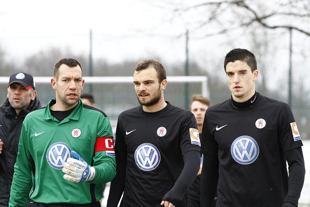Nulle, Hot und M�ller kurz vor SpielbeginnIm Hintergrund Trainer Wolf, Pinheiro und Gallus