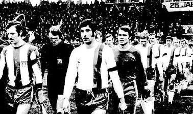 13. Dezember 1970, Pokalspiel des KSV gegen Bayern M�nchen: Links erkennt man Beckenbauer, Maier, Hansen (verdeckt) und Schwarzenbeck, bei den L�wen Habedank, Birkh�lzer, Adler, Resenberg, Dittel, Gerstner, Kastl, Br�ck und Weiland.