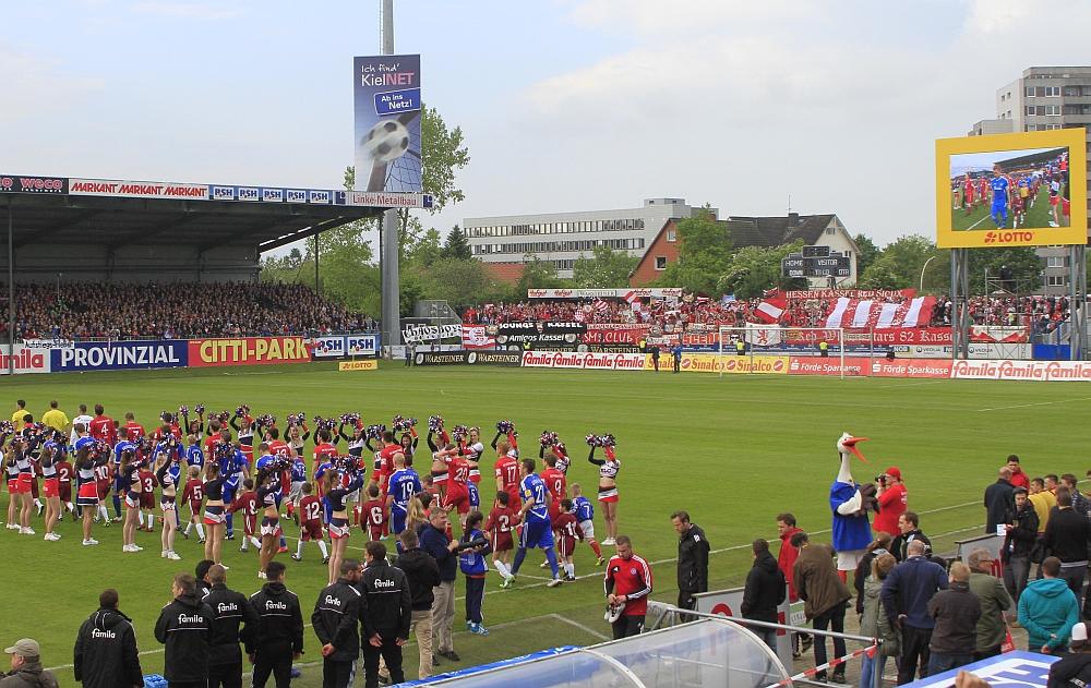 Die Mannschaften und die vielen mitgereisten Fans aus Kassel