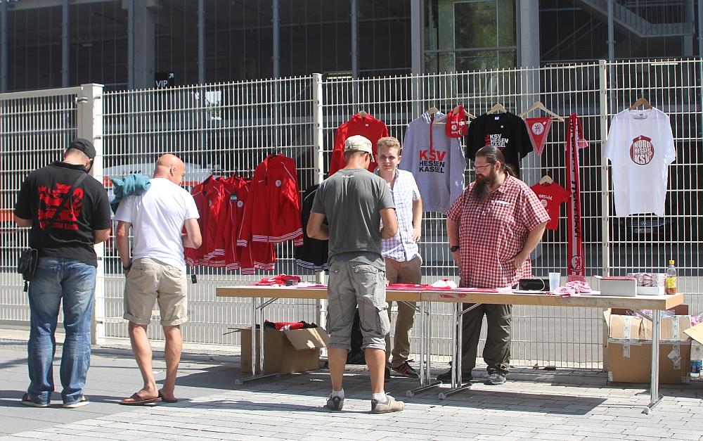 """Fanartikelverkauf der """"Abteilung Herzblut"""" vor dem Stadion"""