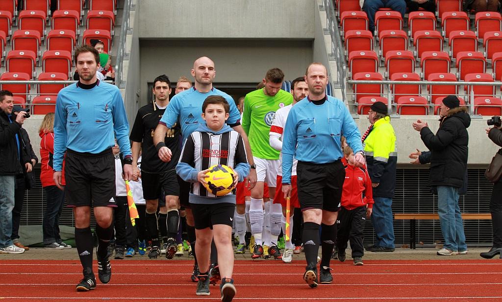 Mannschaften, Einlaufkinder und Schiedsrichter
