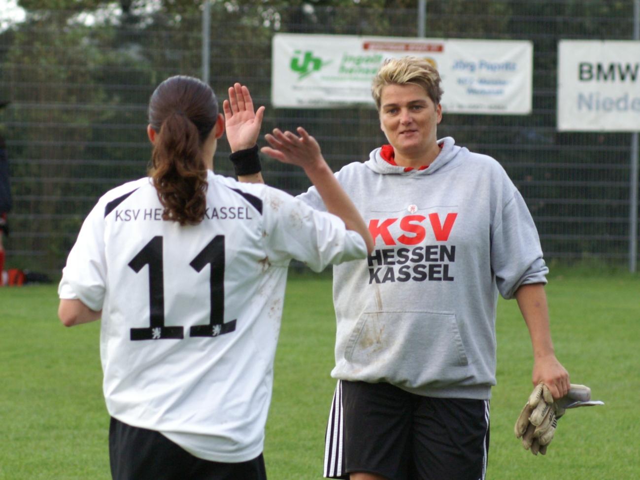 Regionalpokal: SG Hombressen/Udenhausen - KSV-Frauen: Angela K�nzl (re.) klatscht nach dem Sieg mit Lisa Lattermann ab