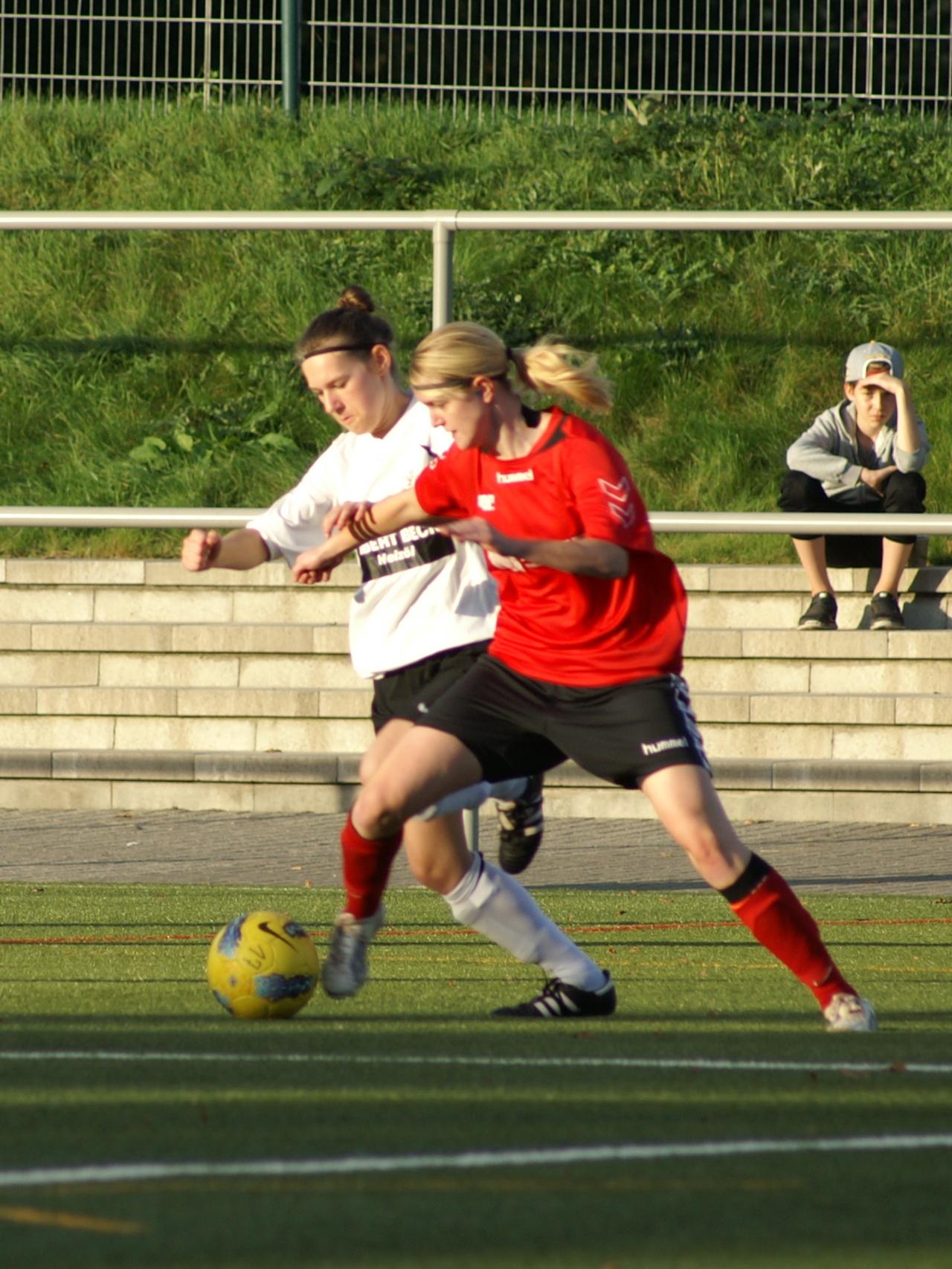 KSV Hessen Frauen - SV Kathus: Doppeltorsch�tzin Laura Wickert (in wei�) im Zweikampf