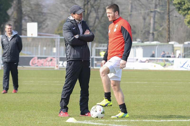 Trainer Matthias Mink vor dem Spiel in Freiburg im Gespr�ch mit Tobias Damm