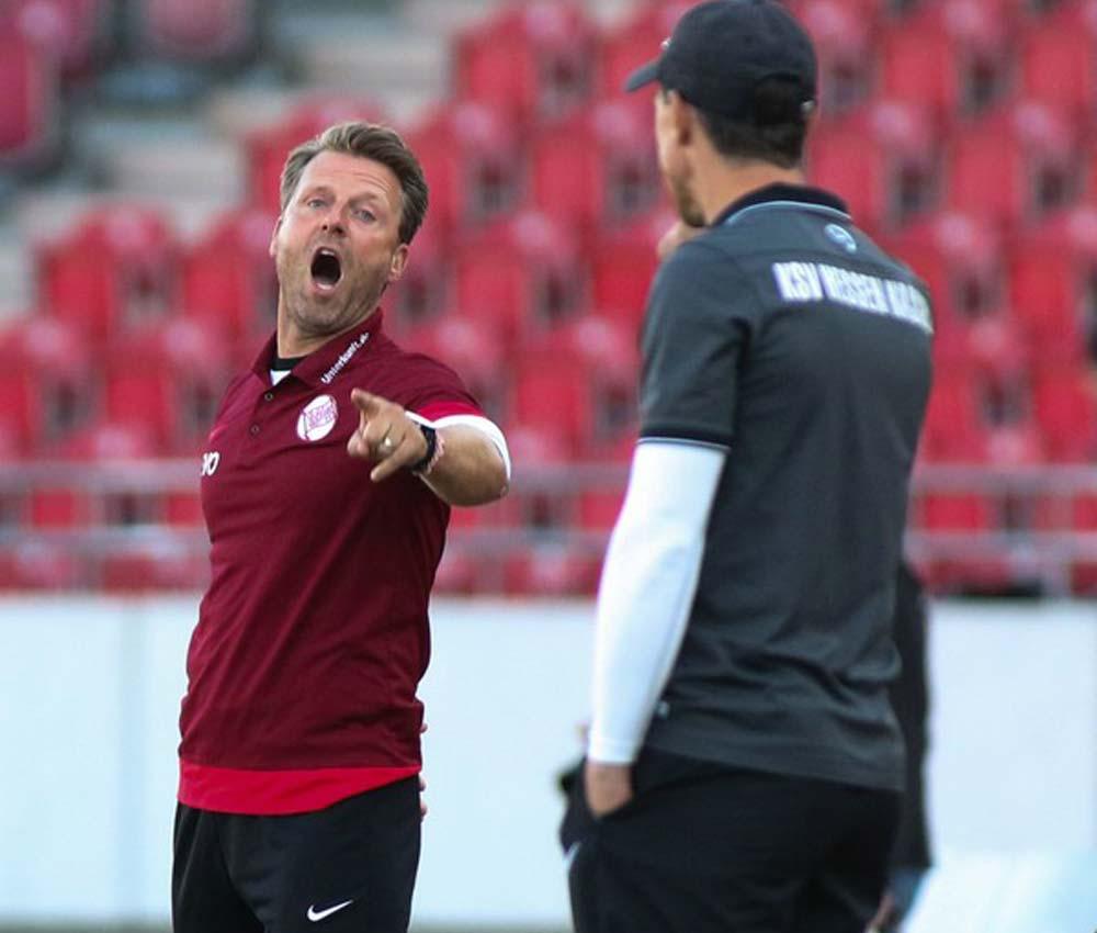 OFC-Trainer Rico Schmitt diskutiert mit L�wen-Coach Matthias Mink