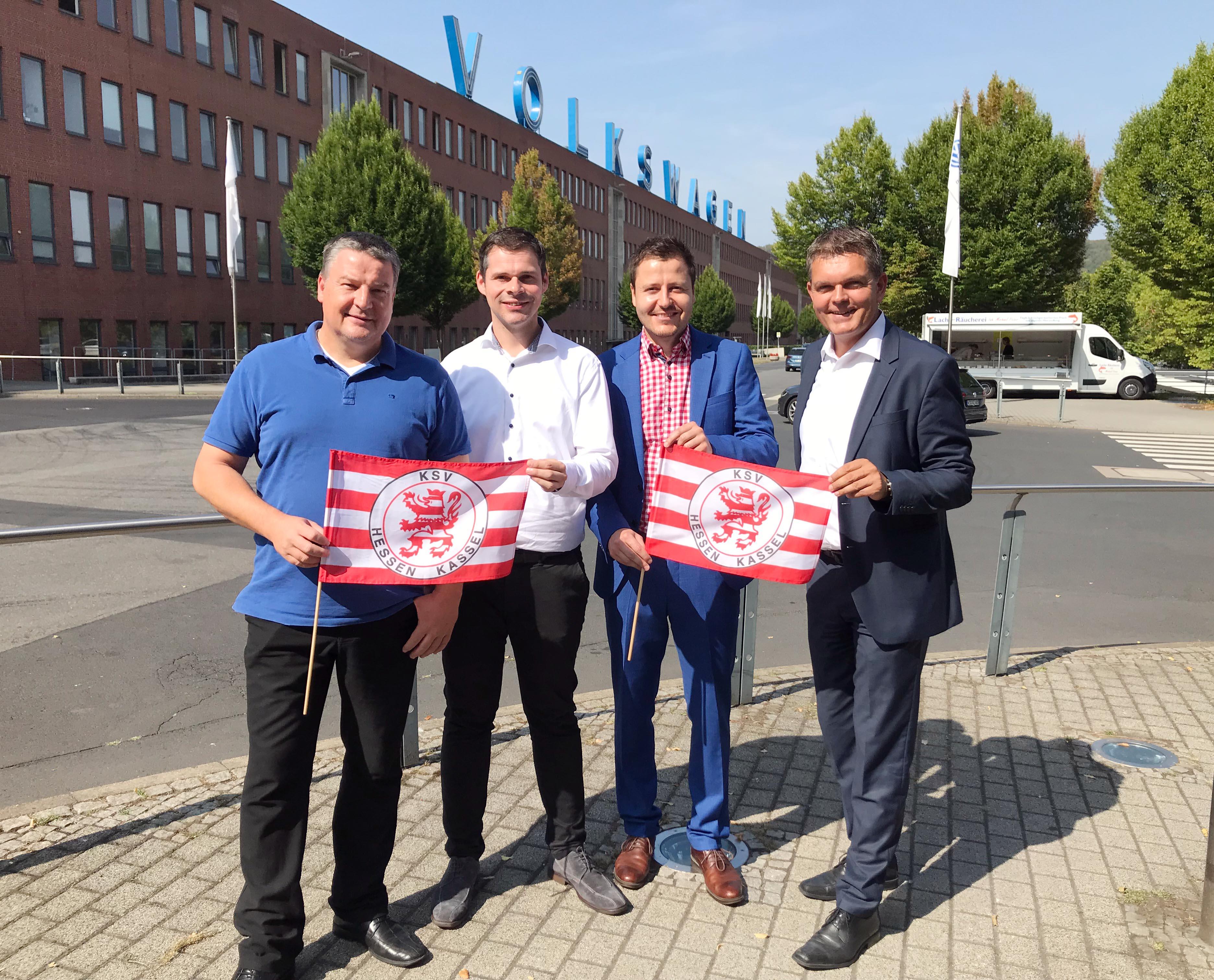 v.l.n.r.: Carsten Bätzold (VW-Betriebsratsvorsitzender), Daniel Bettermann (KSV-Marketingvorstand), Michael Krannich (KSV-Geschäftsführer), Heiko Hillwig (Leitung Kommunikation VW Kassel).