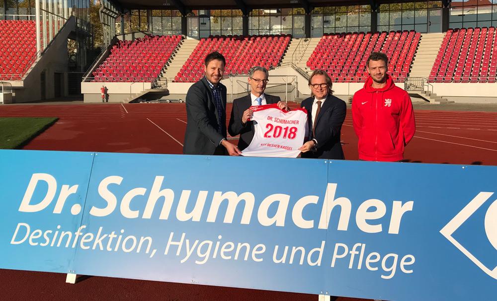 Dr. Schumacher verlängert mit dem KSV. v. l. n. r. KSV Geschäftsführer Michael Krannich / Dr. Schumacher Geschäftsführer / Michael Aupke / Dr. Schumacher GF Jens Schumacher und KSV-Kapitän Frederic Brill