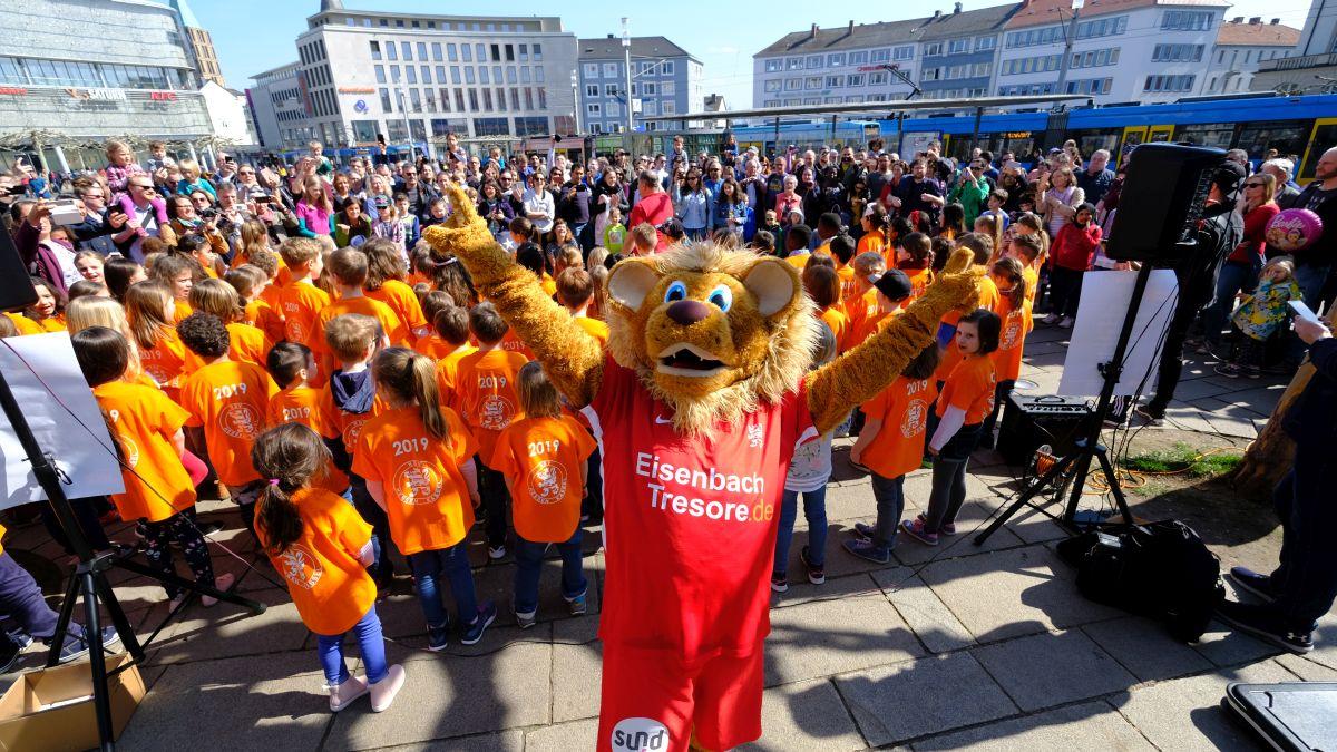 """Flashmob"" der Kasseler Musikschule mit Totti. Musikschüler singen KSV-Lied."