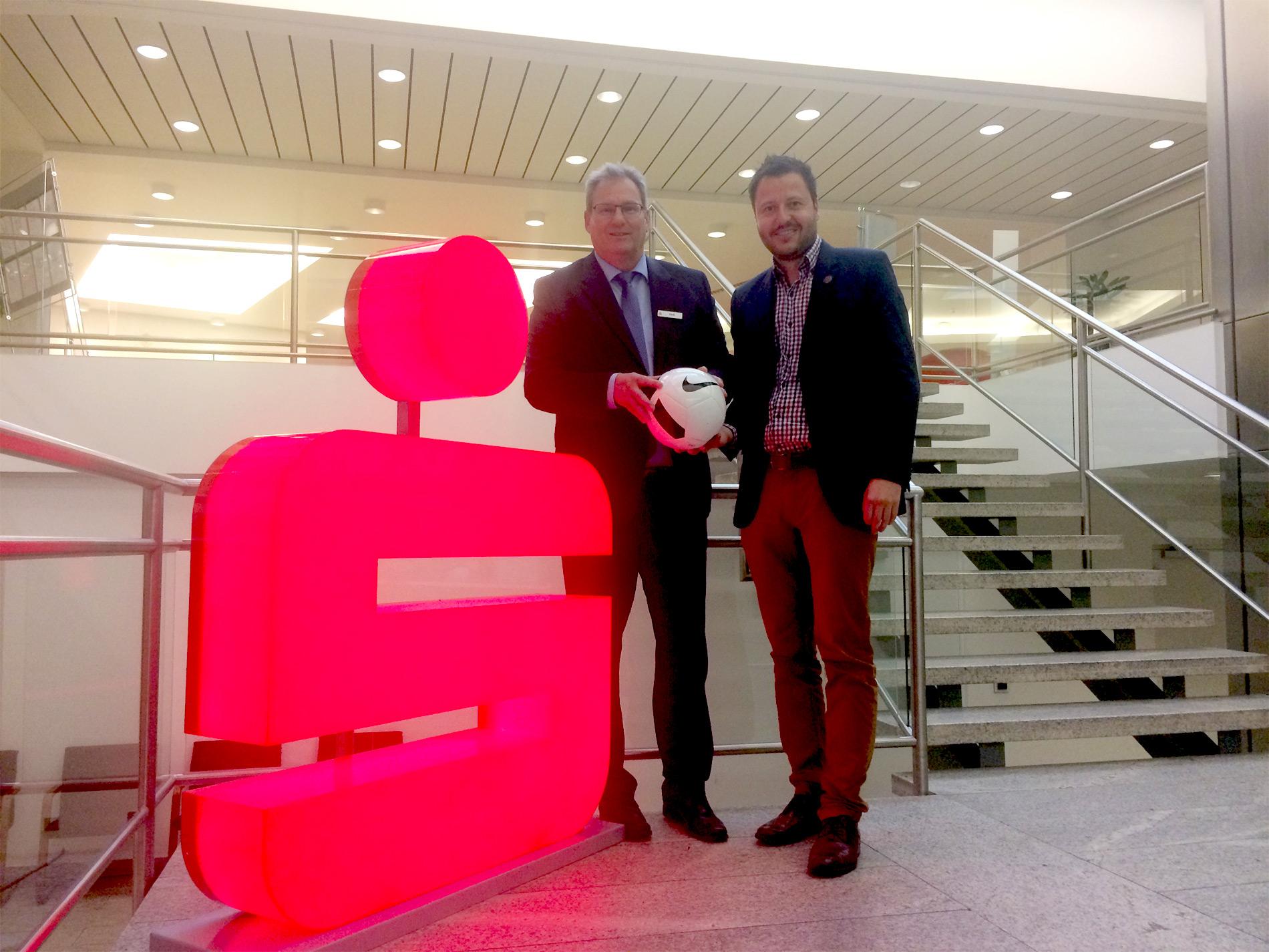 Jürgen Heß von der Kasseler Sparkasse und Michael Krannich freuen sich über die Verlängerung der Partnerschaft mit dem KSV Hessen Kassel