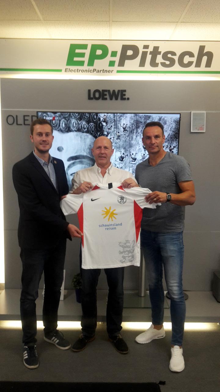 EP-Pitsch weiterhin Partner des KSV: Hier Dennis Frank-Böckmann mit Volker Pitsch und Cheftrainer Dietmar Hirsch
