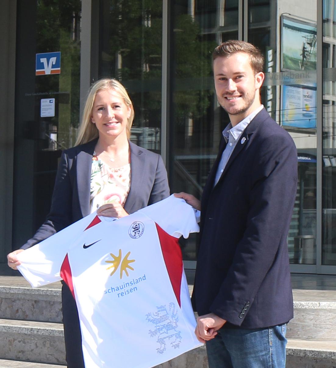 Die Volksbank Kassel Göttingen ist weiterhin Partner der Löwen: Nadine Hupfeld mit Dennis Frank-Böckmann