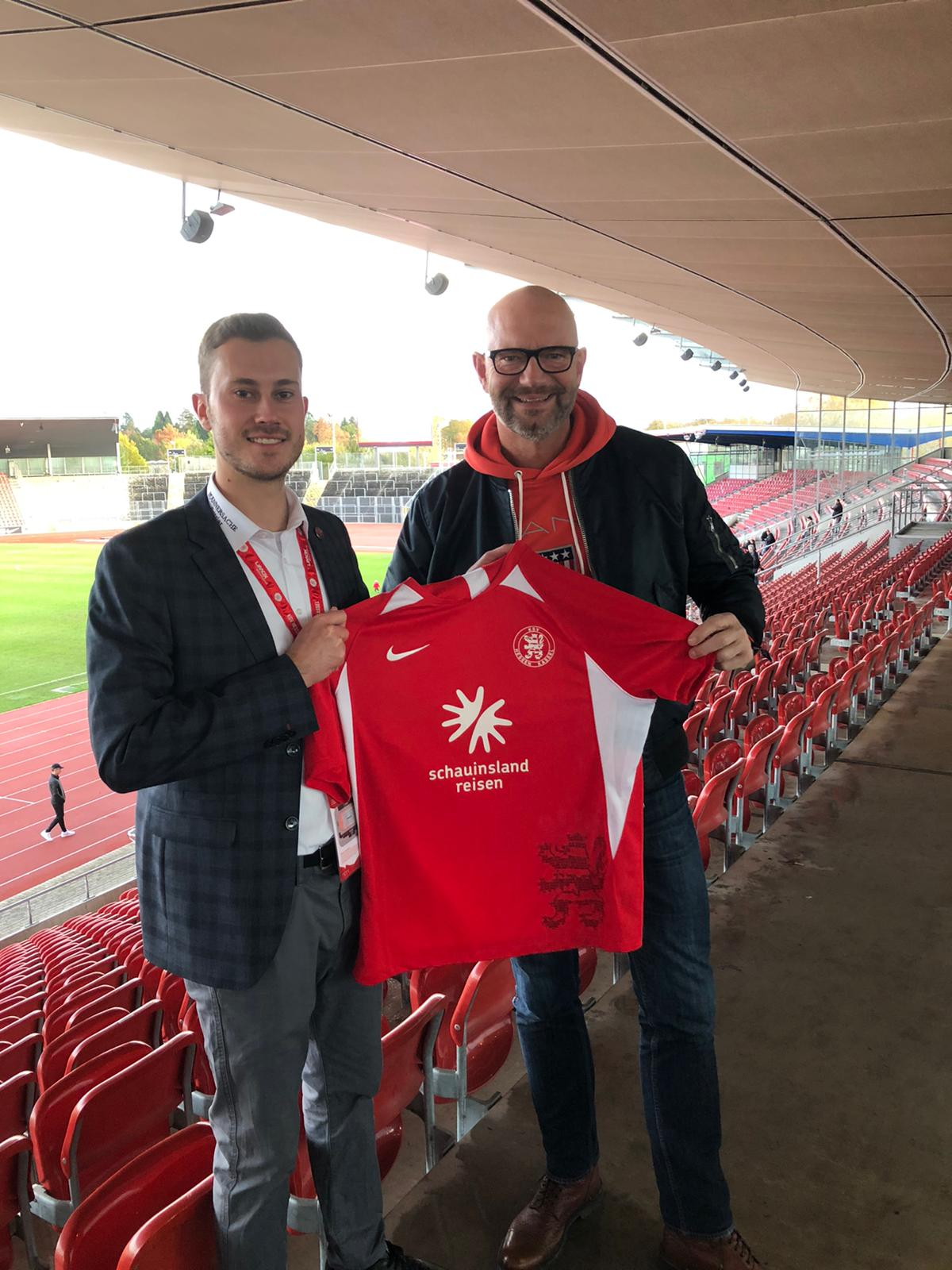 Switelski und Faber weiterhin Partner der Löwen. Hier Dennis Frank-Böckmann mit Bernd Schäfer