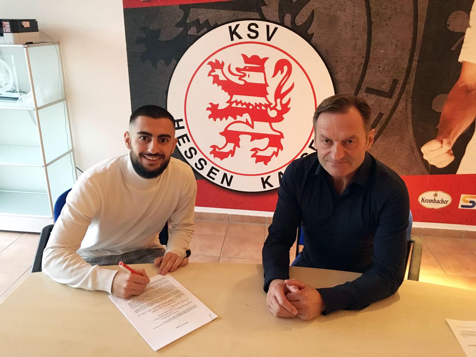 Hüseyin Cakmak (links) wechselt von den Würzburger Kickers zum KSV Hessen Kassel. Hier bei der Vertragsunterzeichnung mit Jörg Müller, sportlicher Leiter des KSV