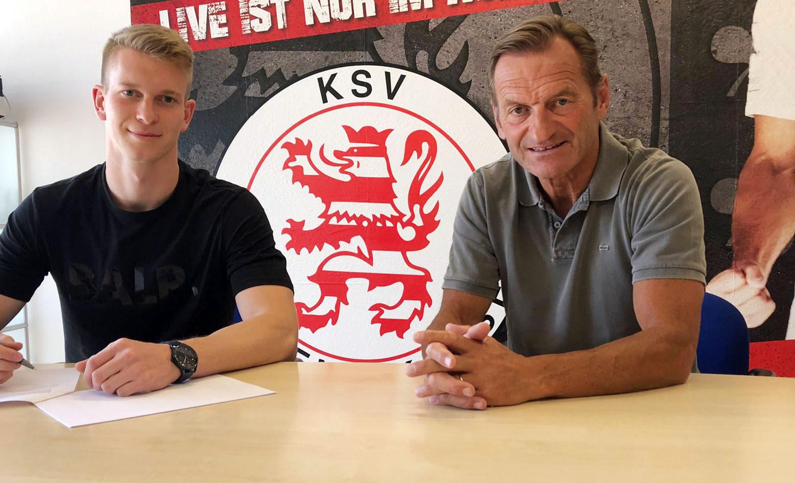 Brian Schwechel (li.) bleibt ein Löwe. Im Bild bei der Vertragsunterzeichnung mit dem sportlichen Leiter Jörg M�ller (re.).