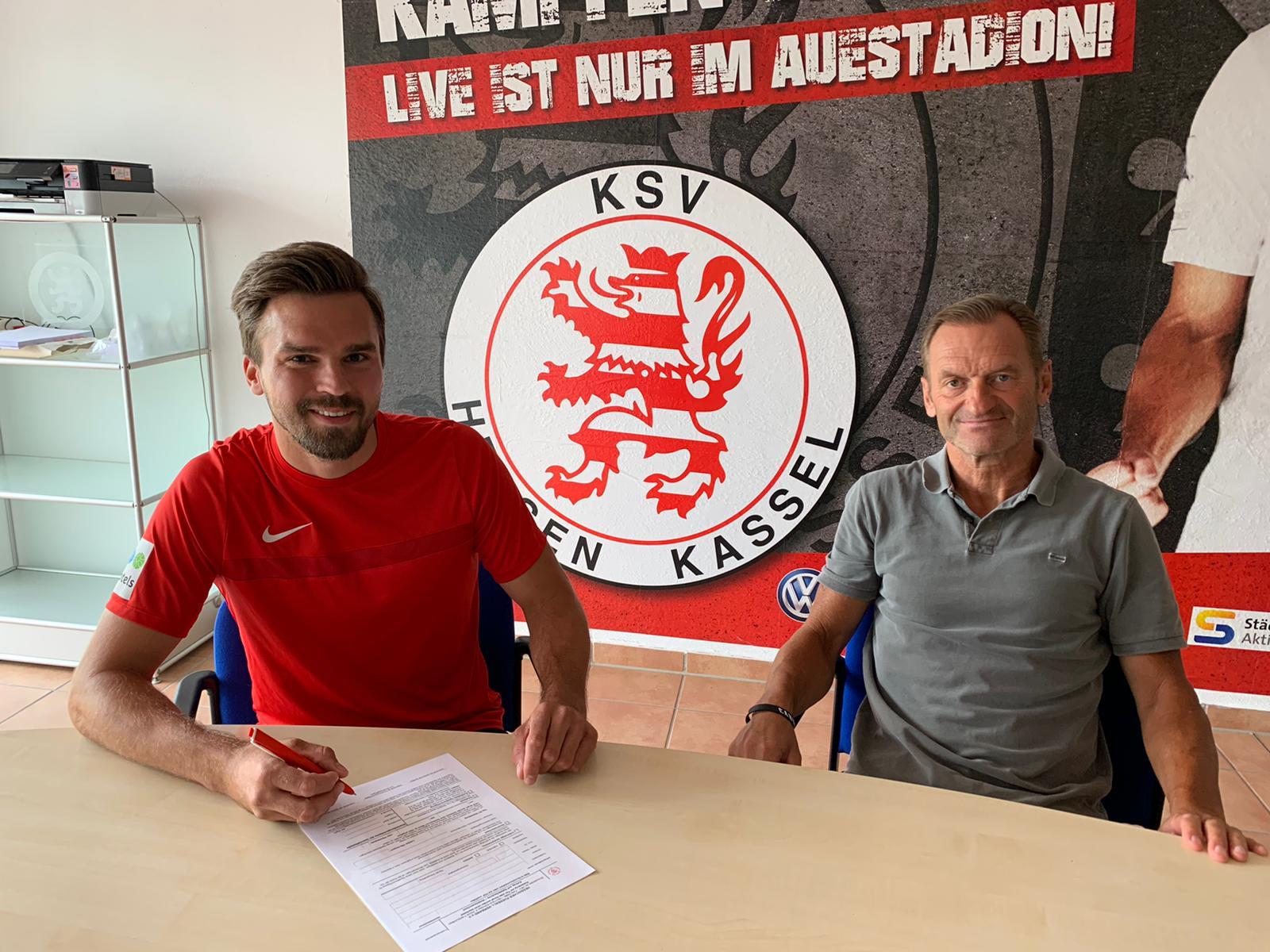 Nils Pichinot  (li.) bei der Vertragsunterzeichnung mit Jörg Müller, sportlicher Leiter des KSV Hessen Kassel