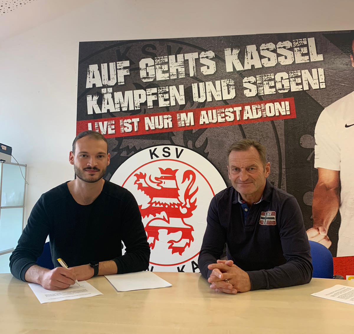 Robin Urban bei der Vertragsunterzeichnung mit Jörg Müller