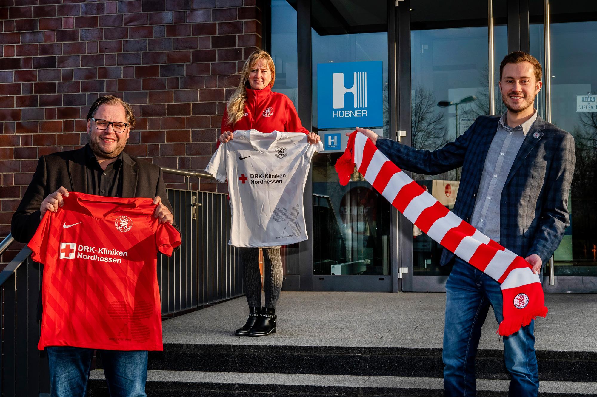 Nicholas Neu (Leiter Marketing & PR bei Hübner), Sabine Schäfer-Brück und Dennis Frank-Böckmann (beide KSV) freuen sich über die neue Partnerschaft mit der HÜBNER GmbH & Co. KG.