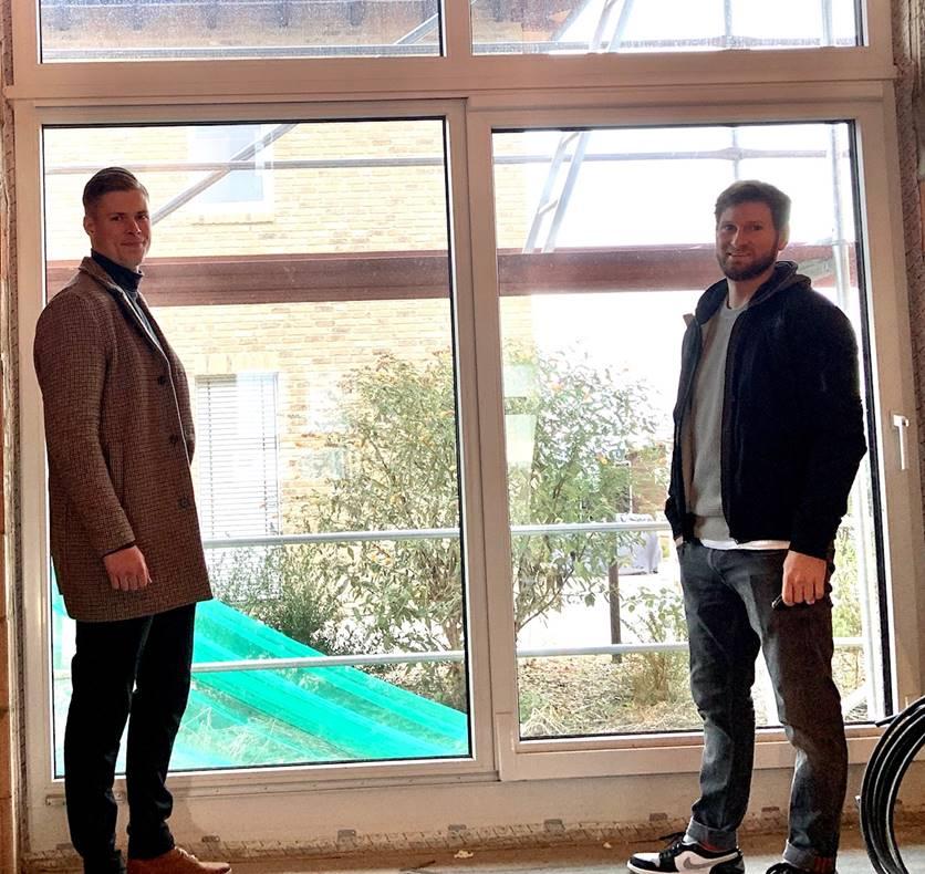 Jesco Gallitschke (links) von �Walter Fenster + Türen� mit Bauherr Ingmar Merle.