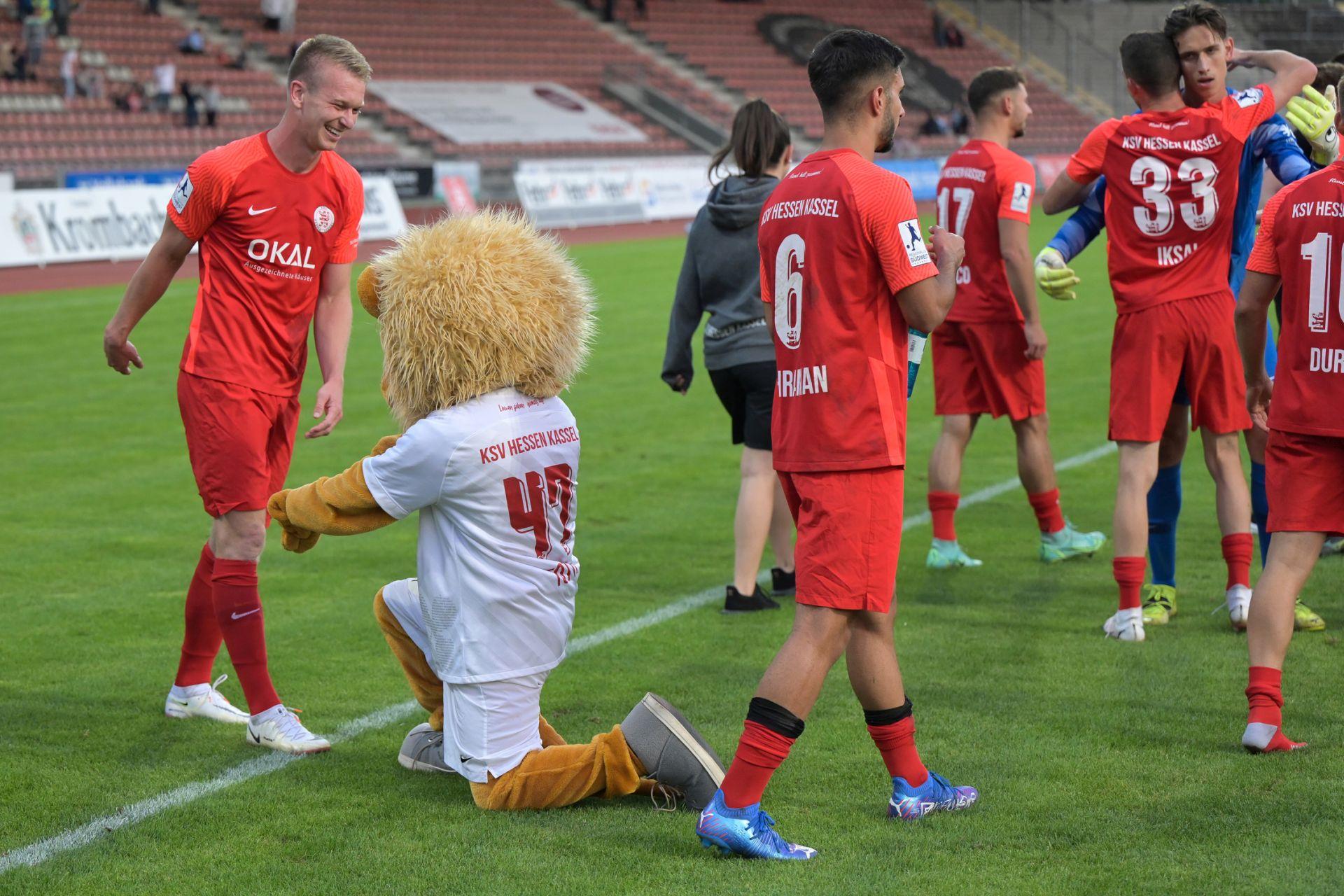 KSV Hessen Kassel, VfB Stuttgart II, Regionalliga S�dwest, Saison 2021/22, Endstand 3:2, Jubel zum 3:2