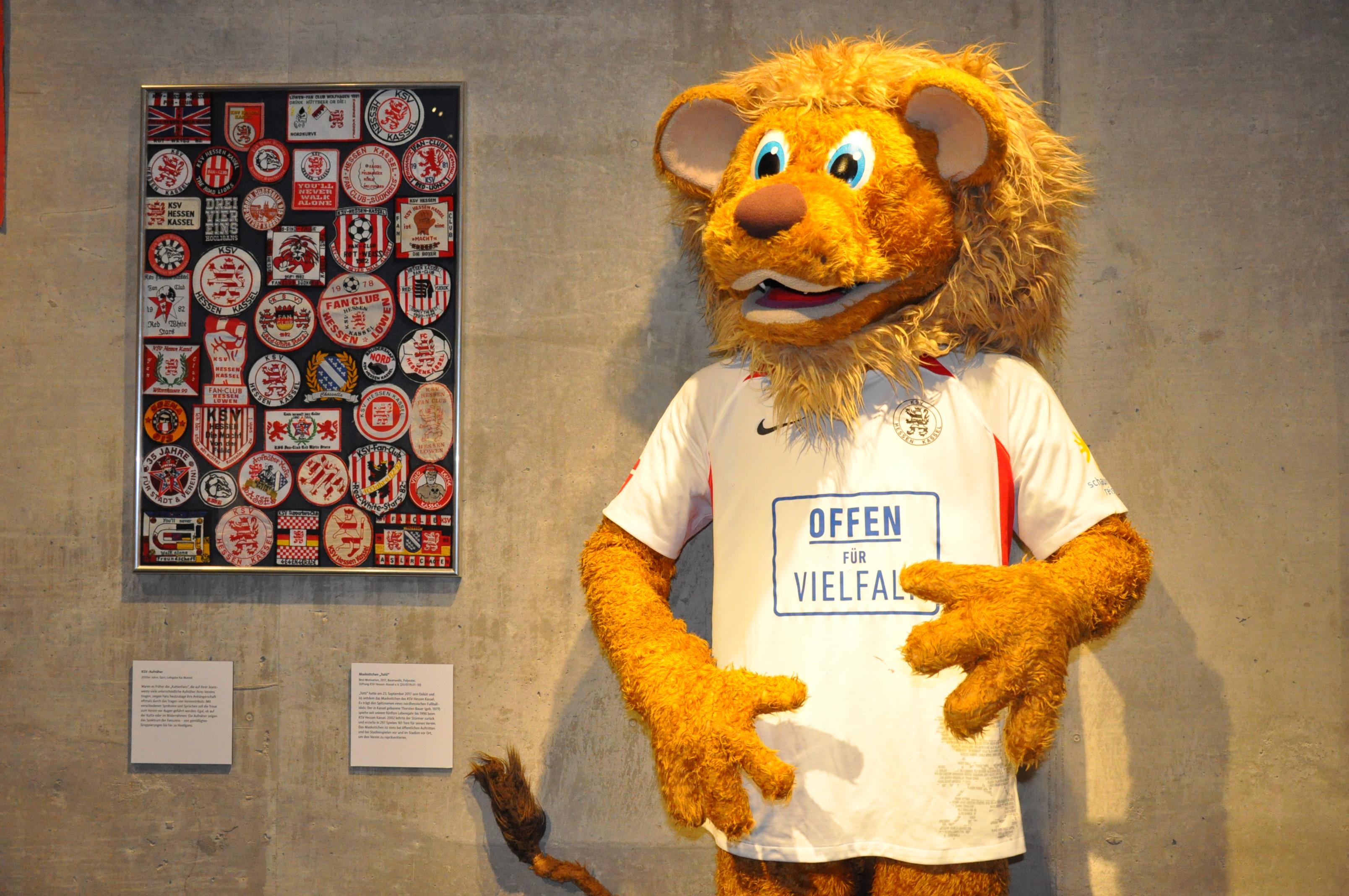 """Auch Maskottchen Totti ist Teil der Ausstellung """"Es lebe der Sport"""" im Stadtmuseum"""