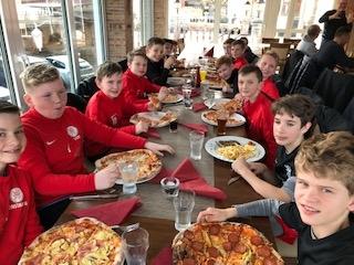 U12 Teambuilding beim Pizzaessen